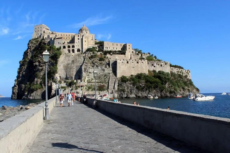Der Inselberg mit dem Castello Aragonese ist über eine Brücke mit Ischia Ponte verbunden