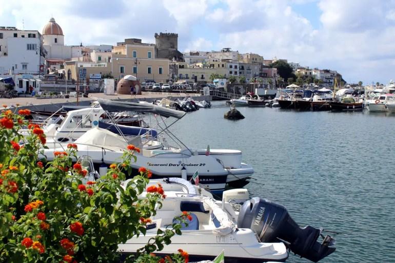 Ebenfalls malerisch ist der Hafen von Forio