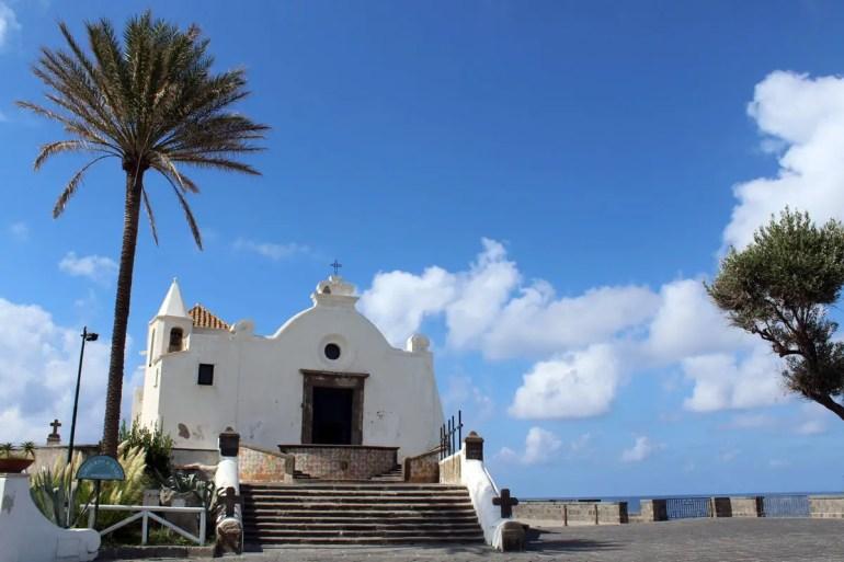 Die Chiesa del Soccorso ist eines der Wahrzeichen von Ischia