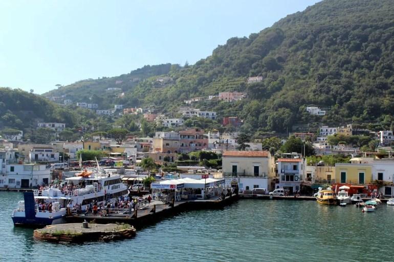 Schon hinter dem Hafen erstrecken sich die grünen Hügel von Ischia