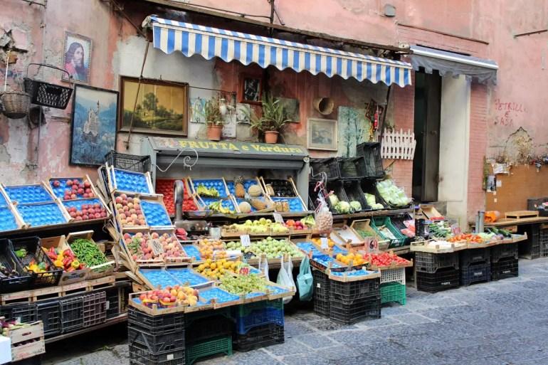 Authentische Stadtleben: ein Gemüseladen in der Altstadt