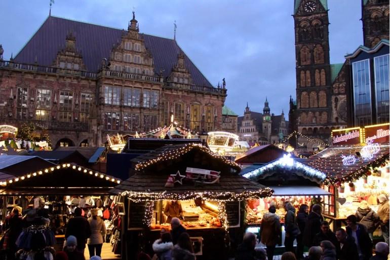 Das 600 Jahre alte Rathaus, Roland und Dom bilden die Kulisse für den Bremer Weihnachtsmarkt