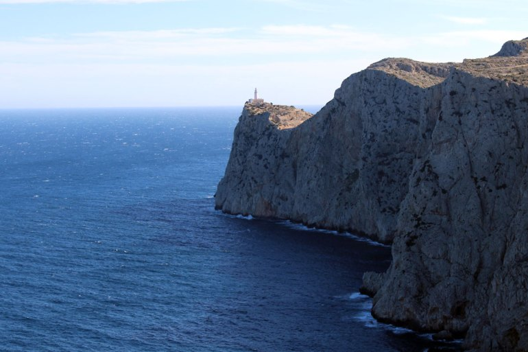 Wie eine Fatamorgana thront der Leuchtturm am Cap de Formentor über dem Mittelmeer