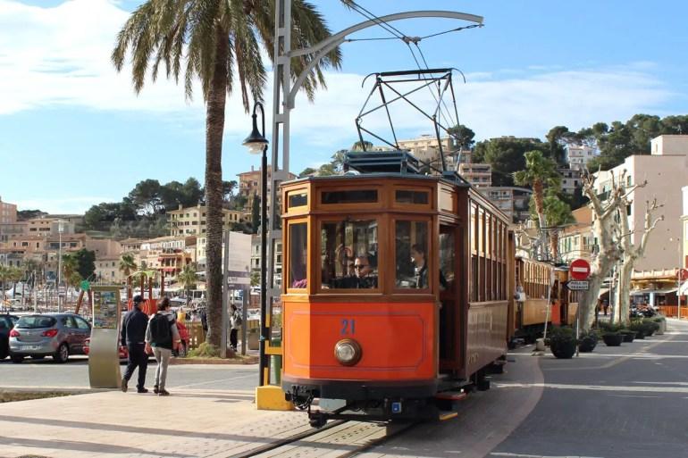 Ein Highlight in Port de Sóller: die Straßenbahn