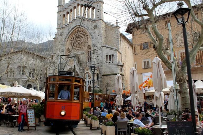 Zwei Wahrzeichen von Soller: die markante Pfarrkirche und die Straßenbahn