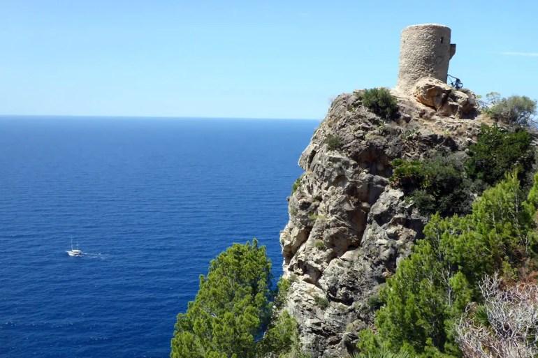 In der Nähe von Banjalbufar überragt der Torre del Verger das Meer