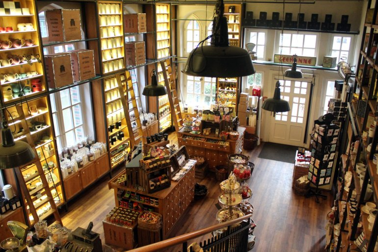250 Teesorten stehen im Teekontor im Wasserschloss in der Speicherstadt zur Auswahl
