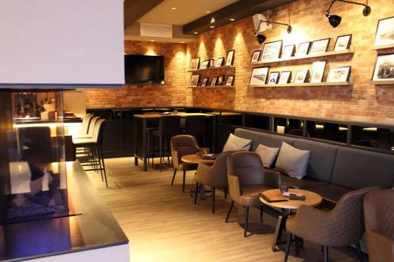 In der Bar Schneiders mit ihrem Kamin wartet am Abend noch der Drink