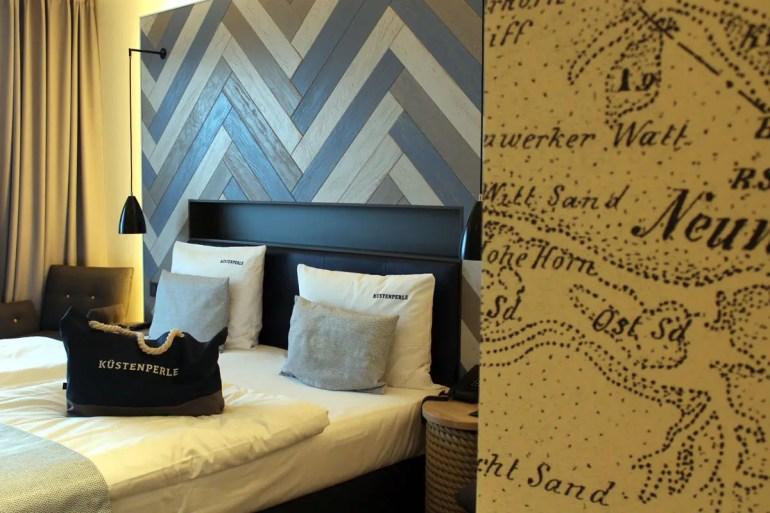 Auch im Zimmer finden sich überall maritime Elemente bis zur Seekarte an der Wand