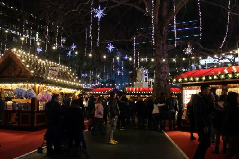 Der Weihnachtsmarkt am Leicester Square verströmt weihnachtliche Stimmung