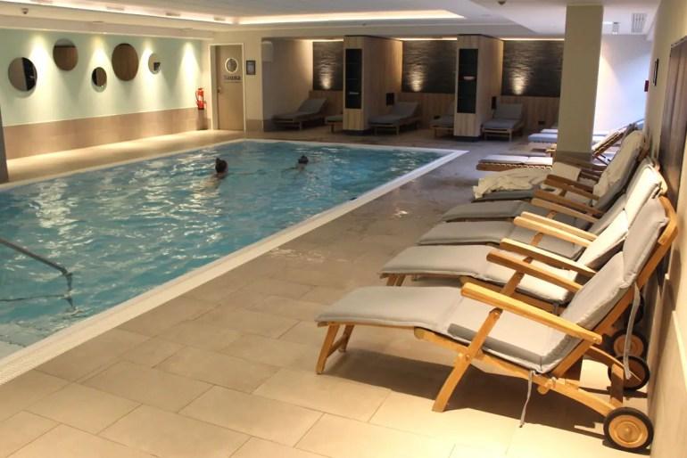 Am Pool im Strandhotel Küstenperle ist es auch bei Schietwetter nett