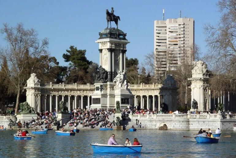 Der See im Retiro Park in Madrid ist besonders beliebt für eine romantische Bootstour