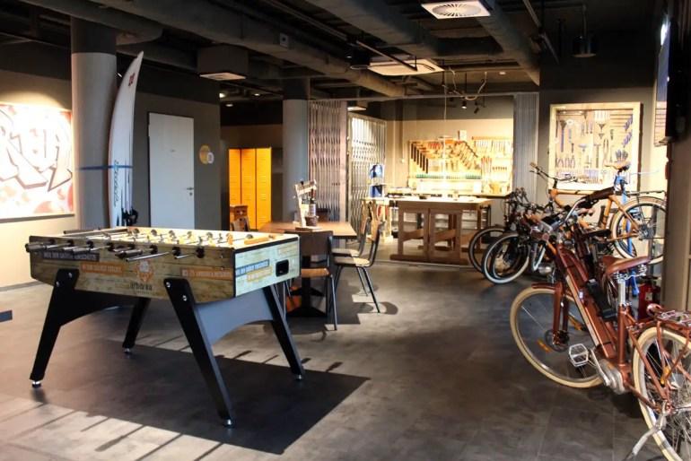 Im Untergeschoss warten ein Kicker, Fahrräder und die Werkstatt