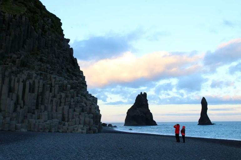 Der Reynisfjara-Strand in Vik mit dem schwarzen Kiesstrand, den Basaltsäulen und den Reynisdrangar-Felsformationen