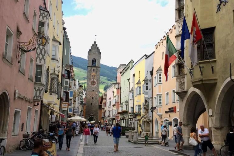 Der markante Zwölferturm überragt die Altstadt von Sterzing