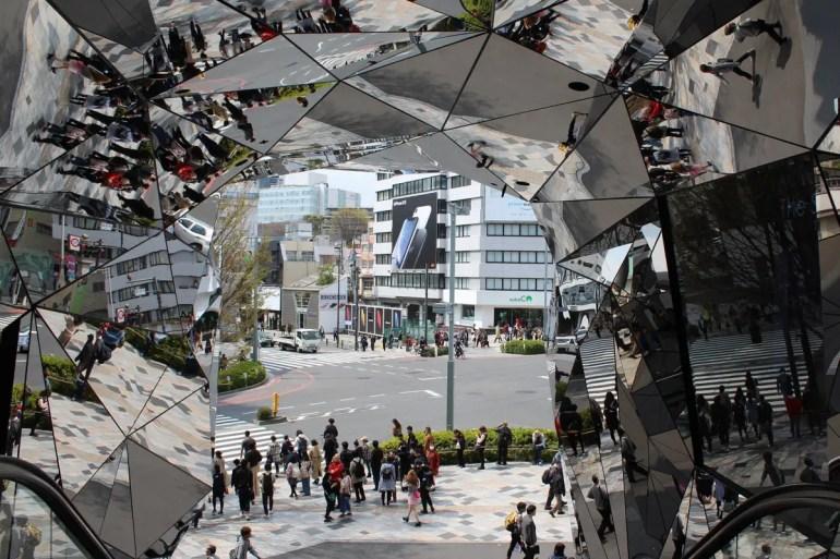Die Spiegel im Eingang zum Tokyu Plaza in Harajuku sind ein Hingucker
