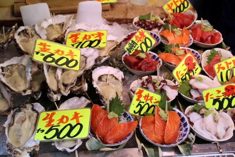 Auf dem Tsukiji Fischmarkt kannst du dich durchs Angebot probieren