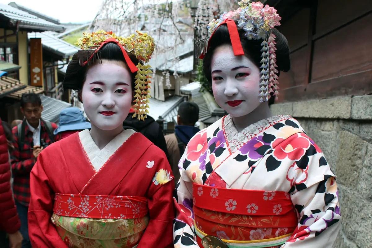 Zwei junge Japanerinnen verkleidet als Geishas