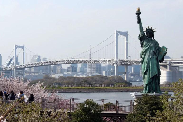 Vom Hafenviertel Odaiba aus bietet sich ein großartiger Blick auf die Rainbow Bridge und Tokios Skyline