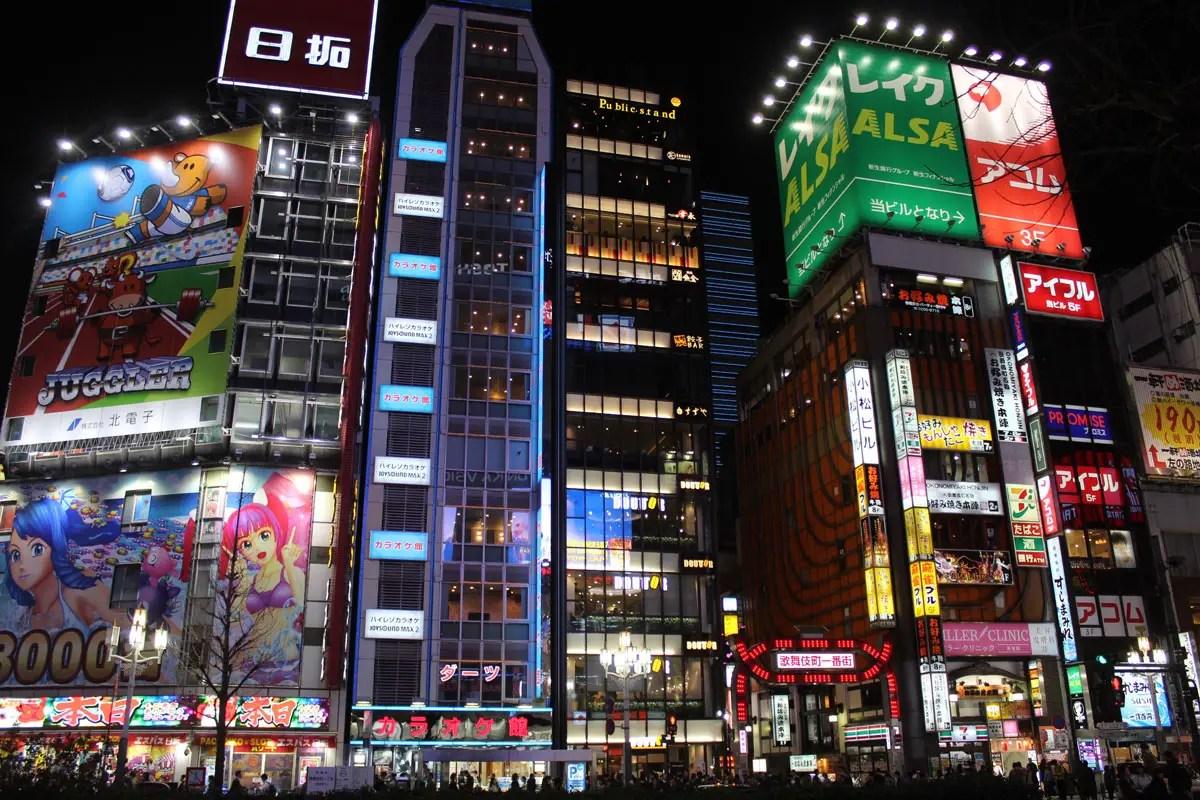 Im Unterhaltungsviertel Shinjuku leuchten die Reklametafeln