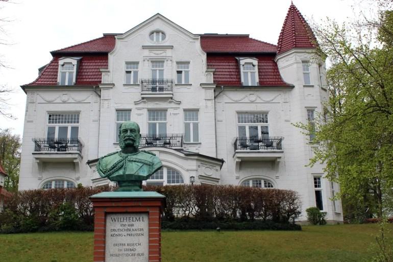 Vor der Villa Staudt in Heringsdorf erinnert eine Statue an einen der berühmtesten Gäste