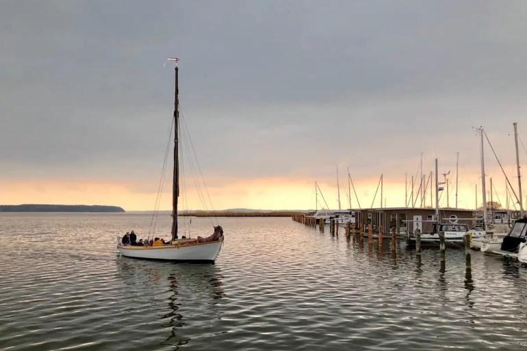 Am Naturhafen in Krummin startet der Segeltörn mit dem Zeesenboot