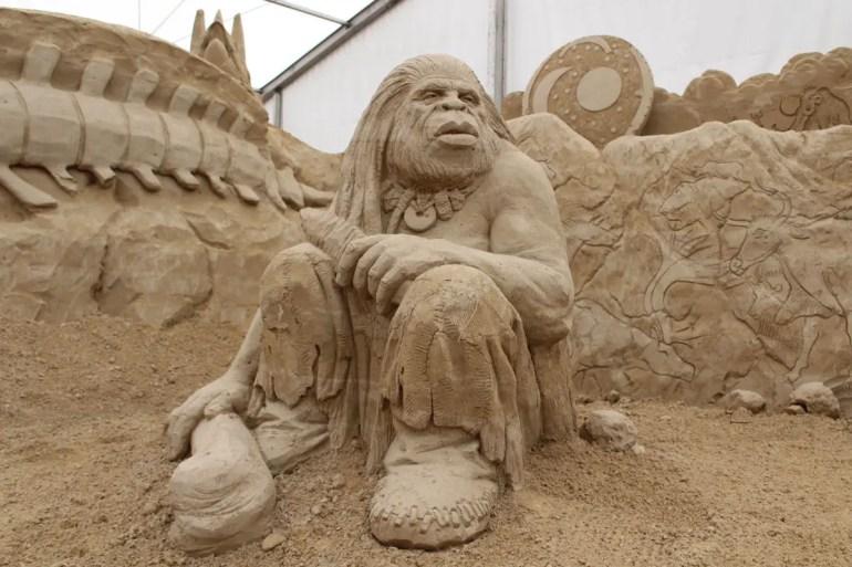 Ein Neandertaler in der Sandskulpturen Ausstellung