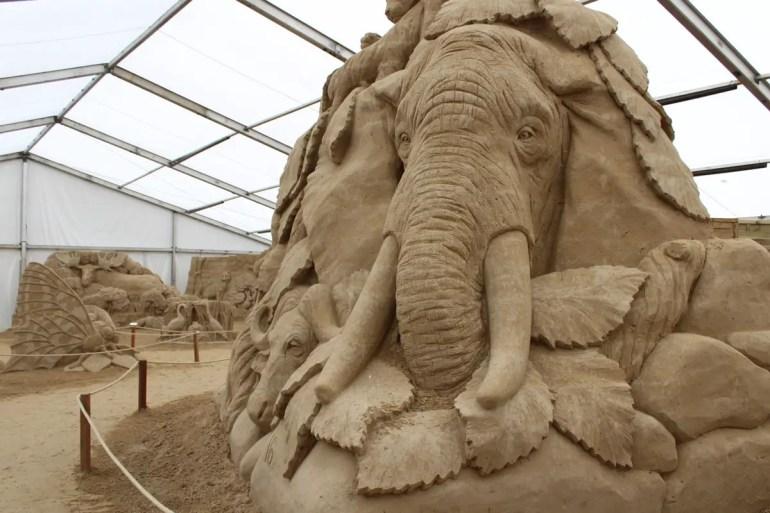 Die Sandskulpturen-Ausstellung ist überdacht und damit auch perfekt für Regentage