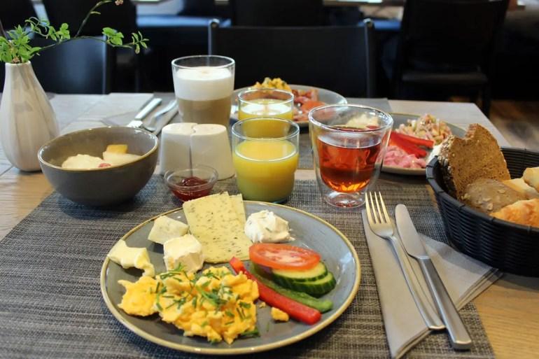 Beim Frühstück gibt es regionale Spezialitäten wie Sanddornsaft und Räucherfisch