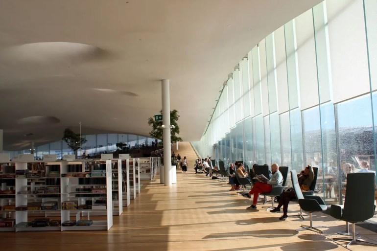 Lichtdurchflutet: der große Lesesaal in der Zentralbibliothek Oodi