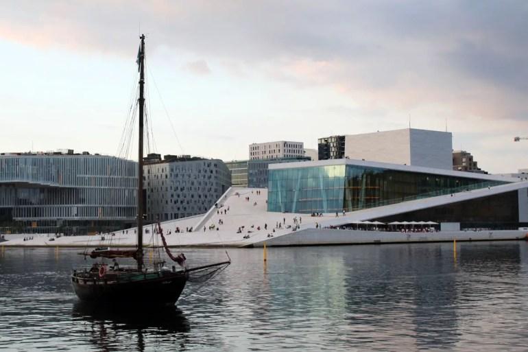Oslos Oper am Abend mit Segelboot