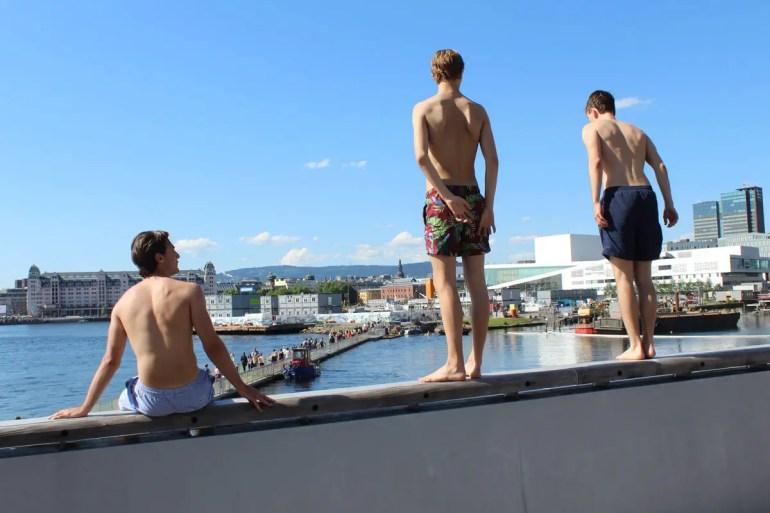 Ab ins Wasser: Jugendliche in Sorenga