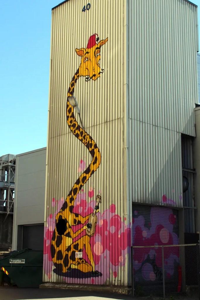 Oslos Streetart: eine bunte Giraffe