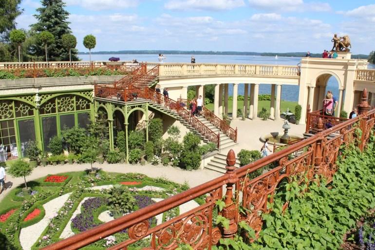 Aus der Orangerie bietet sich ein Blick direkt auf den Schweriner See