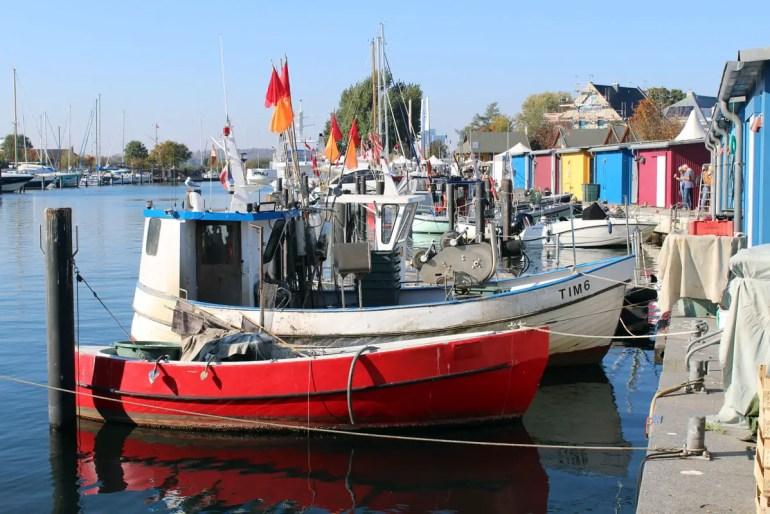 Im Hafen von Niendorf kannst du fangfrischen Fisch kaufen