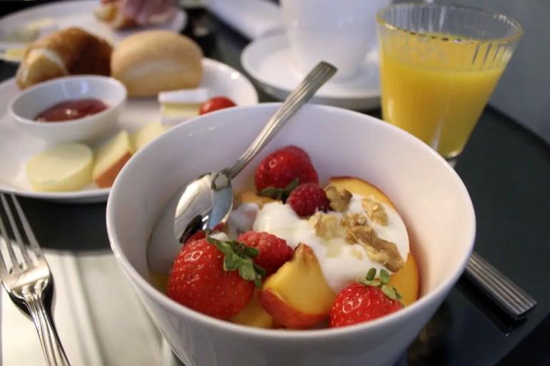 Bozener Frühstück mit Obst, Brot und Marmelade