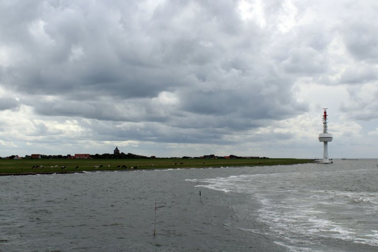Wolkenverhangen verabschiedet uns die Insel