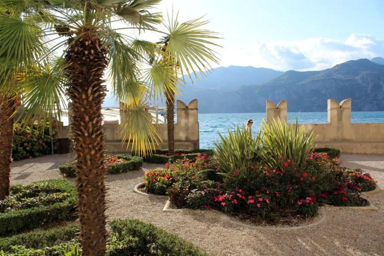 Malerisch liegt dieser Garten am See