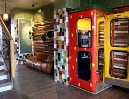Früher Telefonzelle, heute Kaffeekabine im Erdbeerlook bei Karls
