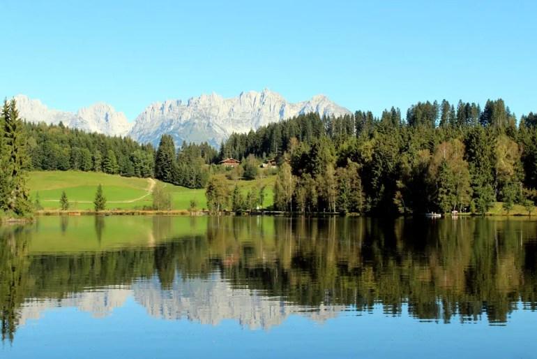 Tolles Panorma: der Schwarzsee mit Ausblick aufs Kaisergebirge