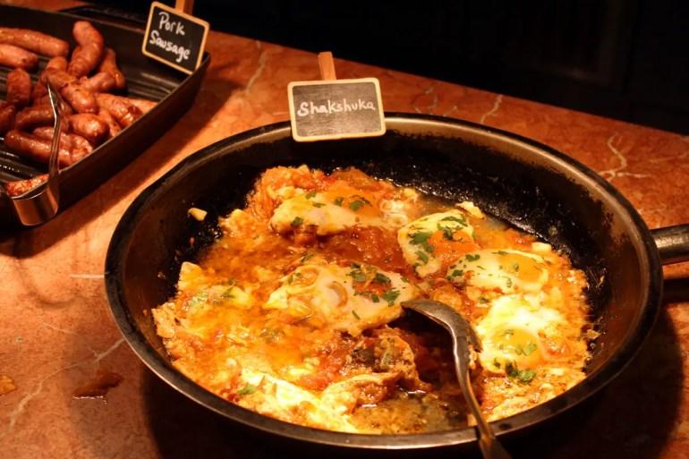 Zum Frühstück gibt's im NENI israelische Gerichte wie Shakshuka