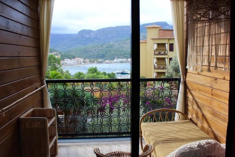 Der Balkon mit Daybed inklusive Ausblick auf den Hafen von Port de Sóller ist ein Traum