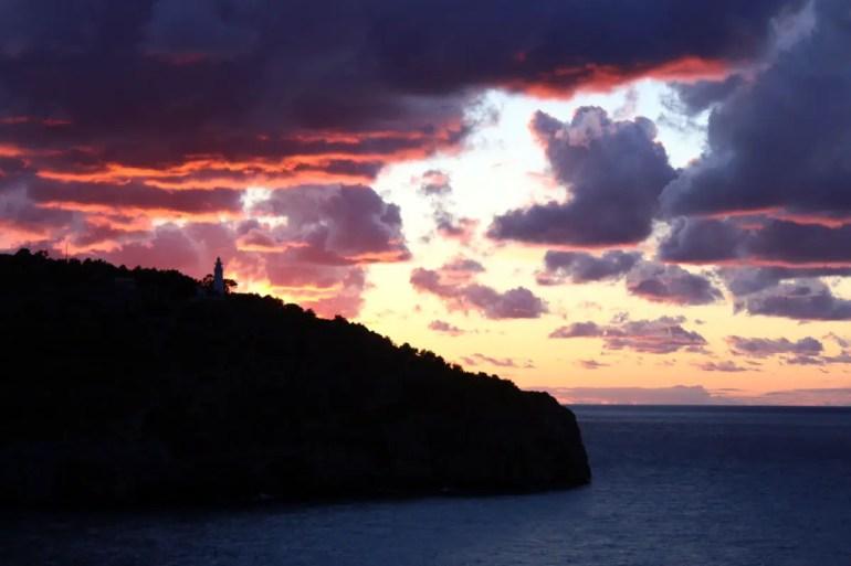 Traumhaft: der Sonnenuntergang über dem Leuchtturm von Port de Sóller