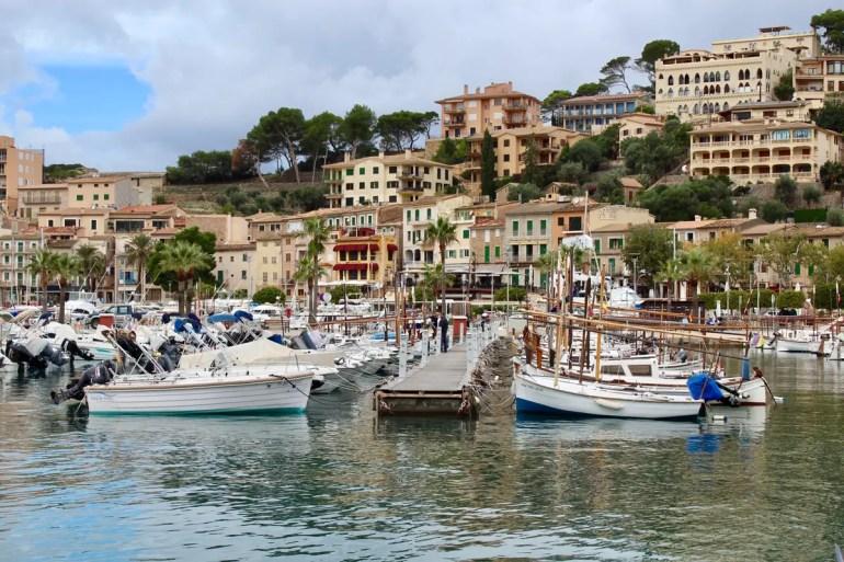 Im Hafen von Port de Sóller liegen die Segelboote