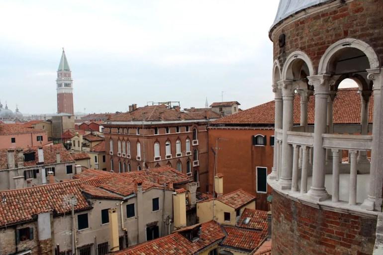 Vom Ende der Scala Contarini del Bovolo hast du einen Ausblick über die Dächer Venedigs