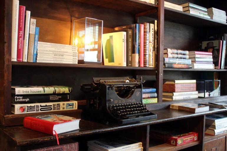 Eine alte Schreibmaschine in der Bibliothek