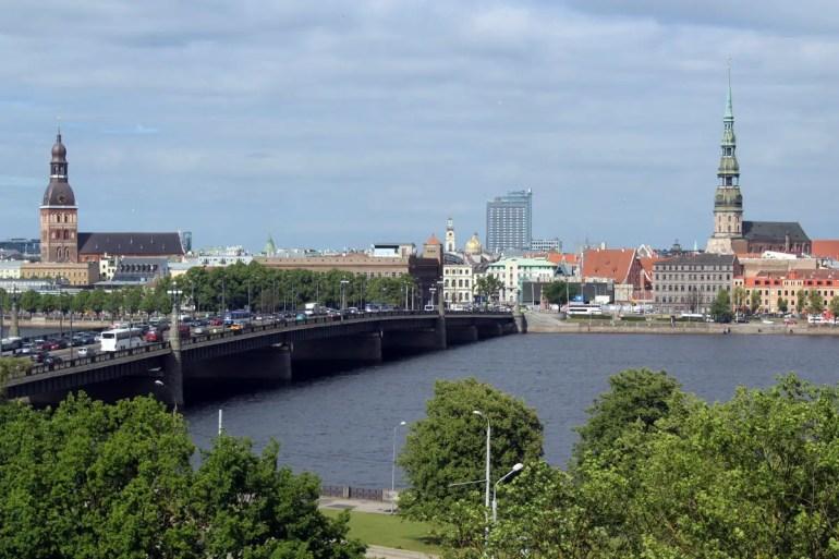 Der Blick von der Nationalbibliothek auf Rigas Altstadt
