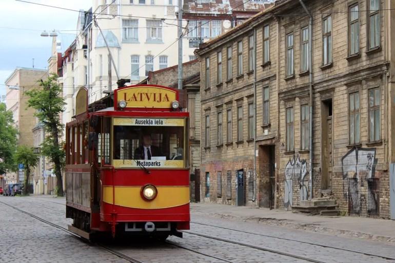 Eine historische Straßenbahn in Riga
