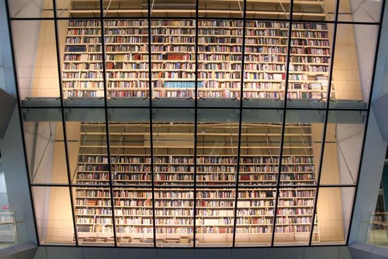 In der lettischen Nationalbibliothek findest du riesige Bücherregale