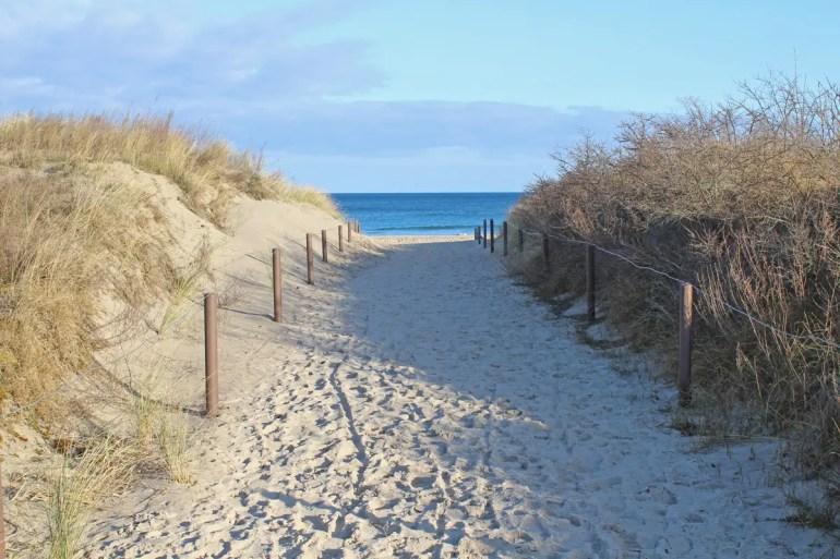 Ab ans Meer: einer der Übergänge an der Strandpromenade